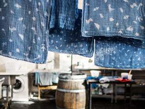 Sociaal en duurzaam onderneming Boro*Mini: waslijn met geverfde lapjes stof